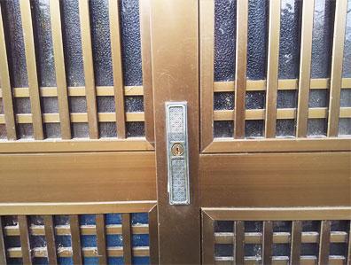 施工前の引き戸錠